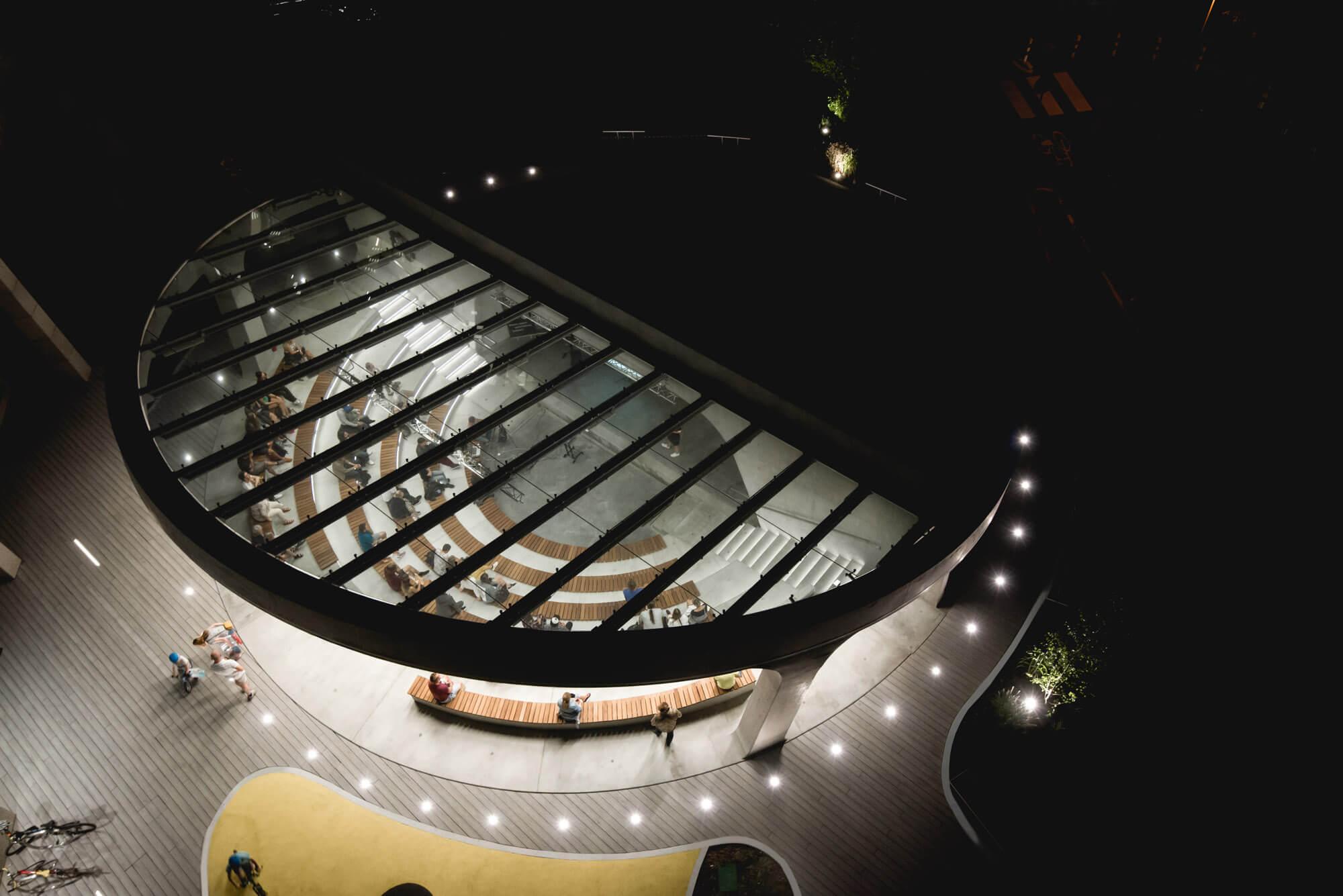 Amfiteatr Brain Embassy nocą